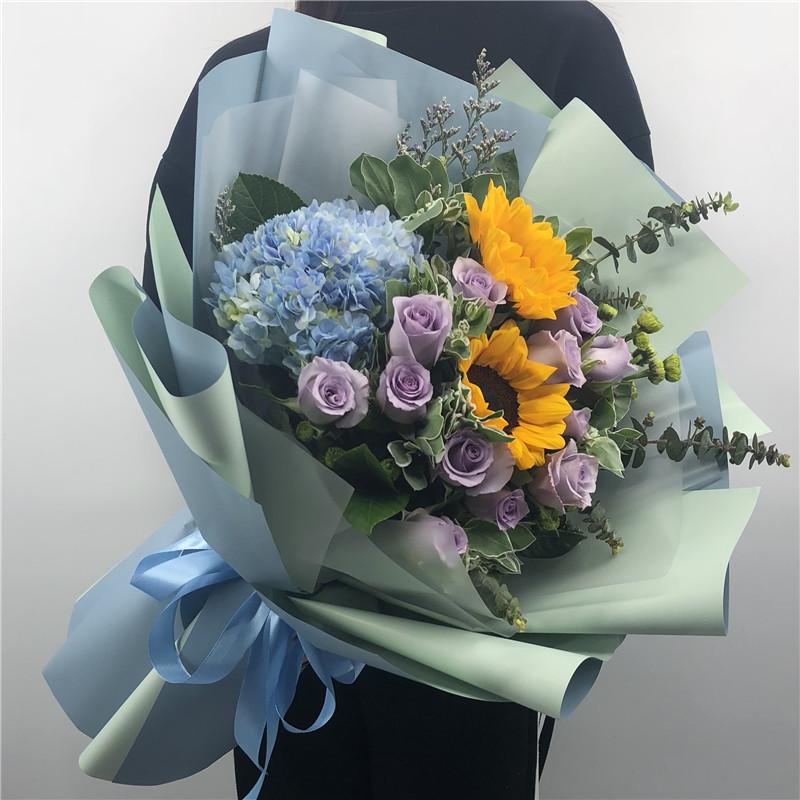 真挚祝福——11支紫玫瑰+2支向日葵+1个蓝绣球